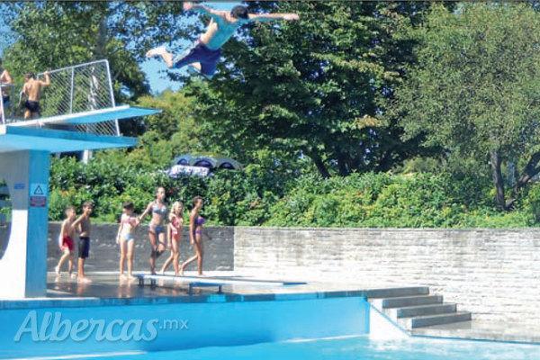 Trampolines para alberca saltos de altura for Piscina 50 metros pontevedra