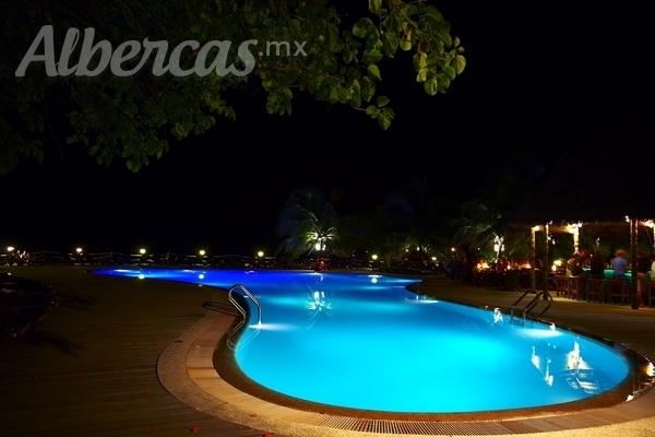 Ideas para iluminar tu piscina for Ideas para piscinas